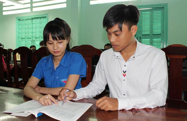 """Nguyễn Hữu Nghĩa (phải) trao đổi ý tưởng làm dự án """"Trồng vườn dược liệu"""" với một bạn sinh viên tại Thư viện Trường cao đẳng Y tế Phú Yên - Ảnh: TRUNG HIẾU"""